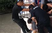 两岁女童置身四楼雨棚 危急时刻杭州一小区警民合力施救