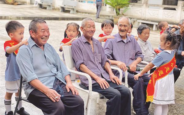 孩子们以实际行动弘扬中华民族尊老孝亲的传统美德