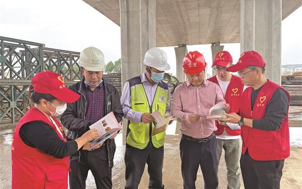 党员志愿者们服务工地 提升工人们的安全生产意识