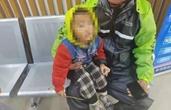 雨天,杭州外卖小哥路上捡到个娃!