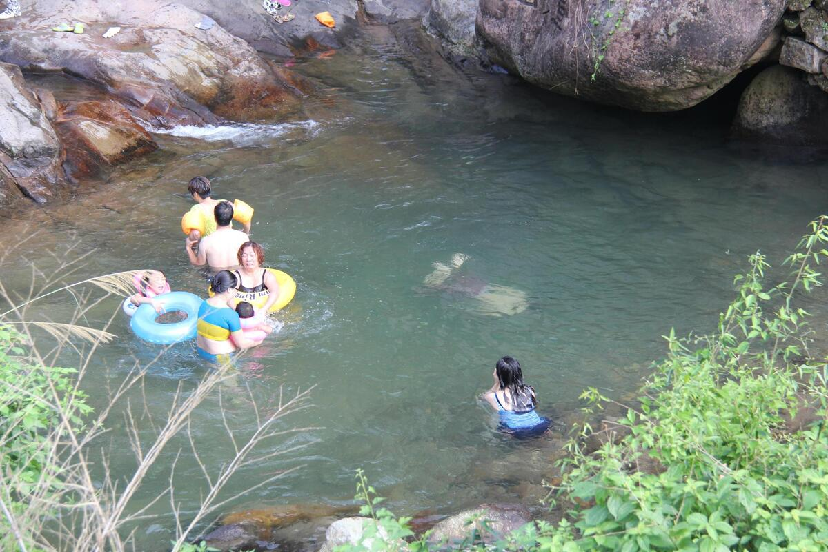 清澈沁凉的溪水