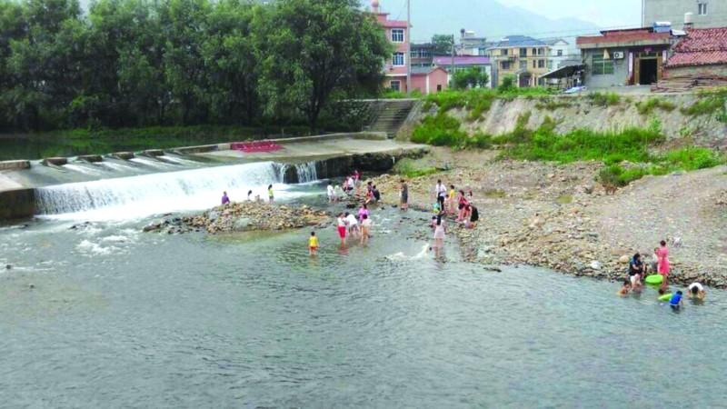 村民们下河游泳