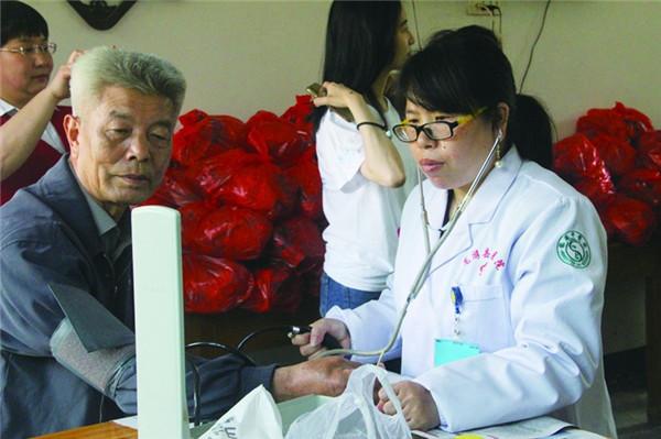 志愿者到敬老院开展义务诊疗