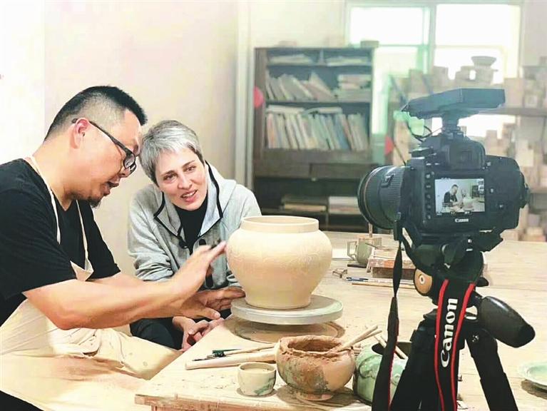 中国国际广播电台记者在采访高级工艺美术师、中国工美行业艺术大师张晞