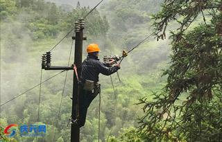 强降雨过后 电力设施修复忙